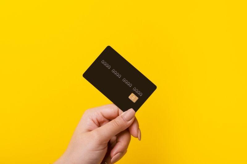 クレジットカードを手に持っている様子