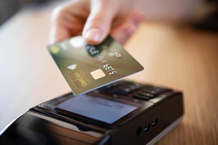 クレジットカードを使用している様子